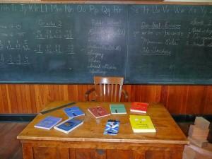 classe-mesa-profesor-pizarra-